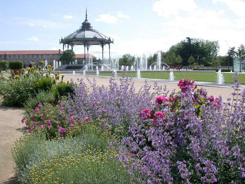 Esplanade jardin du champs de mars valence for Piscine jardin valence